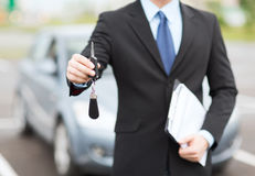 Άτομο με το κλειδί αυτοκινήτων έξω Στοκ εικόνα με δικαίωμα ελεύθερης χρήσης