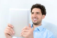 Άτομο με το μήλο ipad στοκ φωτογραφίες με δικαίωμα ελεύθερης χρήσης