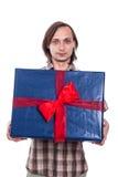 Άτομο με το μεγάλο κιβώτιο δώρων Στοκ εικόνες με δικαίωμα ελεύθερης χρήσης