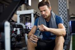 Άτομο με το μπουκάλι νερό στη γυμναστική στοκ φωτογραφία με δικαίωμα ελεύθερης χρήσης