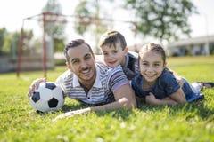 Άτομο με το παίζοντας ποδόσφαιρο παιδιών στον τομέα Στοκ φωτογραφίες με δικαίωμα ελεύθερης χρήσης