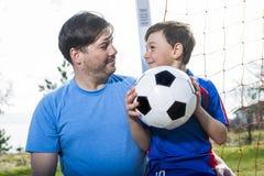Άτομο με το παίζοντας ποδόσφαιρο παιδιών στην πίσσα Στοκ φωτογραφίες με δικαίωμα ελεύθερης χρήσης
