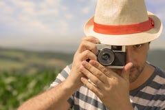 Άτομο με το παλαιό αναδρομικό σκαλί καμερών †« Στοκ φωτογραφίες με δικαίωμα ελεύθερης χρήσης