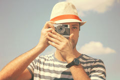 Άτομο με το παλαιό αναδρομικό σκαλί καμερών †« Στοκ Εικόνες
