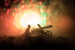 Άτομο με το πολυβόλο τη νύχτα, το υπόβαθρο έκρηξης πυρκαγιάς ή τις στρατιωτικές σκιαγραφίες που παλεύει τη σκηνή στο υπόβαθρο ουρ Στοκ εικόνες με δικαίωμα ελεύθερης χρήσης