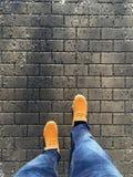 Άτομο με το πορτοκαλί περπάτημα χειμερινών μποτών Στοκ Εικόνες