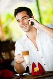 Άτομο με το ποτό και το τηλέφωνο στοκ εικόνες