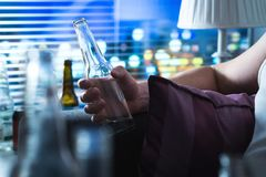 Άτομο με το πρόβλημα κατανάλωσης αργά τη νύχτα στοκ εικόνα