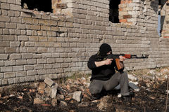 Άτομο με το πυροβόλο όπλο Στοκ φωτογραφία με δικαίωμα ελεύθερης χρήσης