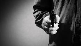 Άτομο με το πυροβόλο όπλο στοκ φωτογραφία