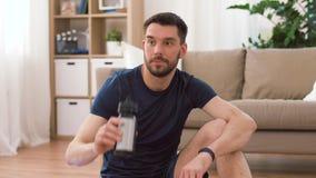 Άτομο με το πόσιμο νερό ιχνηλατών ικανότητας στο σπίτι φιλμ μικρού μήκους