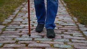 Άτομο με το ραβδί περπατήματος απόθεμα βίντεο