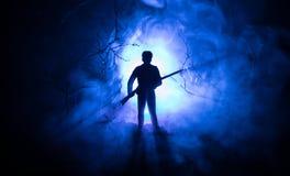 Άτομο με το ρεύμα ποταμού στο απόκοσμο δάσος τη νύχτα με το φως, ή πολεμική έννοια Στρατιωτικές σκιαγραφίες που παλεύουν τη σκηνή Στοκ Φωτογραφίες