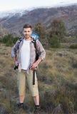 Άτομο με το σακίδιο πλάτης που στέκεται στο δασικό τοπίο Στοκ Φωτογραφίες