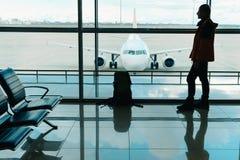 Άτομο με το σακίδιο πλάτης ταξιδιού που περιμένει την τροφή στο αεροπλάνο Στοκ Εικόνες