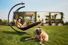 Άτομο με το σκυλί στον κήπο Στοκ εικόνες με δικαίωμα ελεύθερης χρήσης