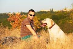 Άτομο με το σκυλί Στοκ Εικόνα