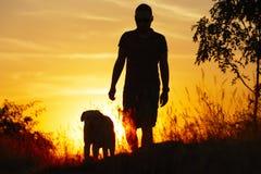 Άτομο με το σκυλί Στοκ φωτογραφίες με δικαίωμα ελεύθερης χρήσης