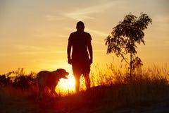 Άτομο με το σκυλί Στοκ Εικόνες