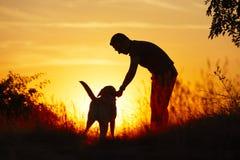Άτομο με το σκυλί Στοκ φωτογραφία με δικαίωμα ελεύθερης χρήσης