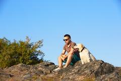 Άτομο με το σκυλί Στοκ εικόνα με δικαίωμα ελεύθερης χρήσης