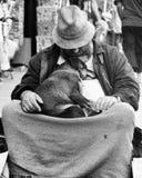 Άτομο με το σκυλί Στοκ Φωτογραφίες