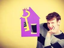 Άτομο με το σπίτι και το κλειδί εγγράφου Στοκ Φωτογραφία