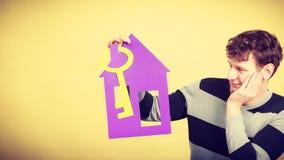 Άτομο με το σπίτι και το κλειδί εγγράφου Στοκ φωτογραφία με δικαίωμα ελεύθερης χρήσης