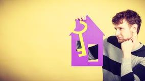 Άτομο με το σπίτι και το κλειδί εγγράφου Στοκ Εικόνες