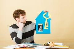 Άτομο με το σπίτι και το κλειδί εγγράφου Στοκ εικόνες με δικαίωμα ελεύθερης χρήσης