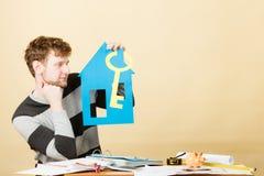 Άτομο με το σπίτι και το κλειδί εγγράφου Στοκ Φωτογραφίες