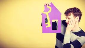 Άτομο με το σπίτι και το κλειδί εγγράφου Στοκ Εικόνα