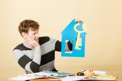 Άτομο με το σπίτι και το κλειδί εγγράφου Στοκ φωτογραφίες με δικαίωμα ελεύθερης χρήσης