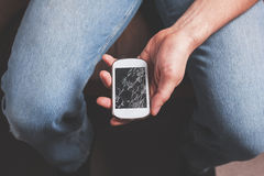 Άτομο με το σπασμένο έξυπνο τηλέφωνο Στοκ Εικόνες