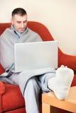 Άτομο με το σπασμένο πόδι Στοκ εικόνα με δικαίωμα ελεύθερης χρήσης