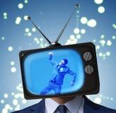 Άτομο με το τηλεοπτικό κεφάλι στην έννοια εθισμού TV στοκ εικόνες με δικαίωμα ελεύθερης χρήσης