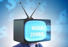 Άτομο με το τηλεοπτικό κεφάλι στην έννοια εθισμού TV στοκ εικόνες