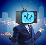 Άτομο με το τηλεοπτικό κεφάλι στην έννοια εθισμού TV στοκ φωτογραφίες με δικαίωμα ελεύθερης χρήσης