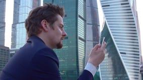 Άτομο με το τηλέφωνο διαθέσιμο απόθεμα βίντεο