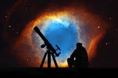 Άτομο με το τηλεσκόπιο που εξετάζει τα αστέρια Το νεφέλωμα ελίκων Στοκ Εικόνα