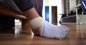Άτομο με το τραυματισμένο πόδι που φορά μια κάλτσα απόθεμα βίντεο