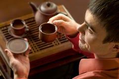 Άτομο με το τσάι στοκ εικόνα με δικαίωμα ελεύθερης χρήσης
