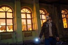 Άτομο με το φακό στο σκοτεινό ανατριχιαστικό εγκαταλειμμένο μέγαρο τη νύχτα στοκ φωτογραφία με δικαίωμα ελεύθερης χρήσης