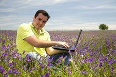 Άτομο με το φορητό προσωπικό υπολογιστή στοκ φωτογραφία