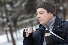 Άτομο με το φλυτζάνι του καυτού τσαγιού Στοκ Φωτογραφία