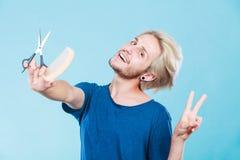 Άτομο με το ψαλίδι και χτένα που δημιουργεί το νέο κομμωτήριο Στοκ φωτογραφία με δικαίωμα ελεύθερης χρήσης