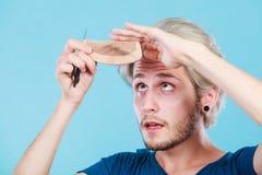 Άτομο με το ψαλίδι και χτένα που δημιουργεί το νέο κομμωτήριο Στοκ Εικόνα