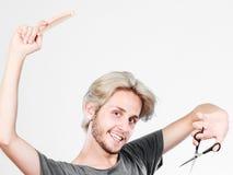 Άτομο με το ψαλίδι και χτένα που δημιουργεί το νέο κομμωτήριο Στοκ εικόνα με δικαίωμα ελεύθερης χρήσης
