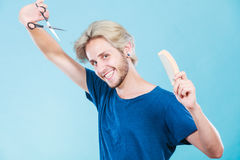 Άτομο με το ψαλίδι και χτένα που δημιουργεί το νέο κομμωτήριο Στοκ Εικόνες