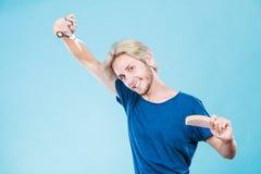 Άτομο με το ψαλίδι και χτένα που δημιουργεί το νέο κομμωτήριο Στοκ εικόνες με δικαίωμα ελεύθερης χρήσης